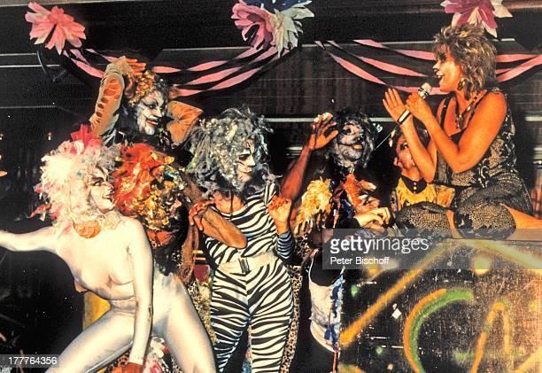 Cindy Berger Kreuzfahrt MS 'Europa' Südamerika/Südafrika Auftritt Bühne Musical 'Cats' Masken Kostüm Verkleidung Mikrofon singen Sängerin MW/KF