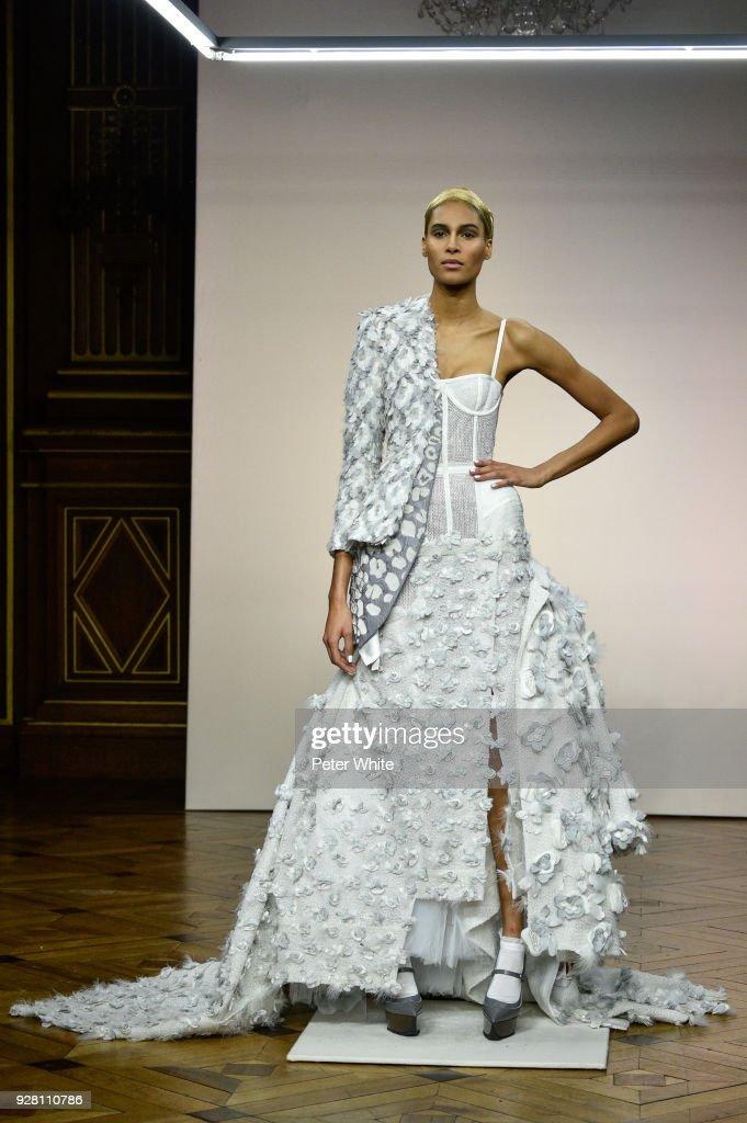 Thom Browne : Runway - Paris Fashion Week Womenswear Fall/Winter 2018/2019 : ニュース写真