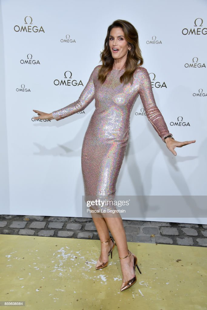 Cindy Crawford attends 'Her Time' Omega Photocall as part of the Paris Fashion Week Womenswear Spring/Summer 2018 on September 29, 2017 in Paris, France.