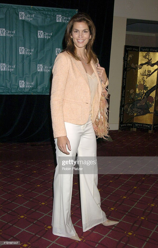 """Cindy Crawford Honored as City of Hope's """"Woman of The Year"""" at the 2004 Spirit of Life Luncheon : News Photo"""