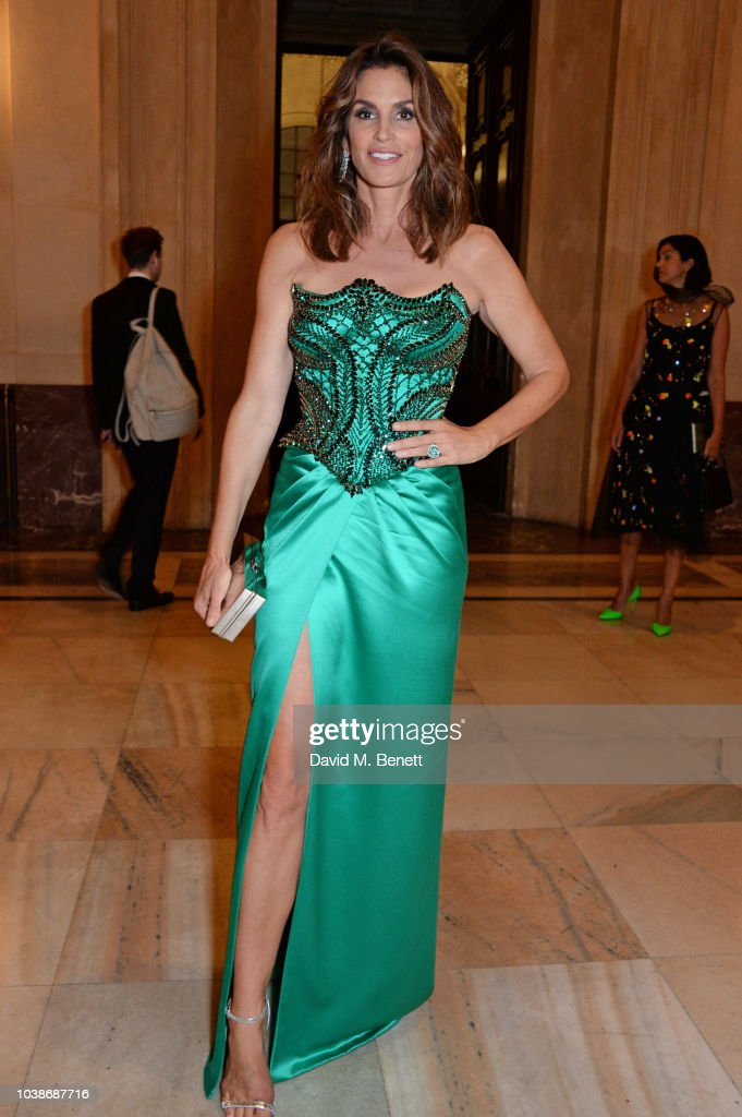 cindy-crawford-wearing-versace-attends-the-green-carpet-fashion-picture-id1038687716