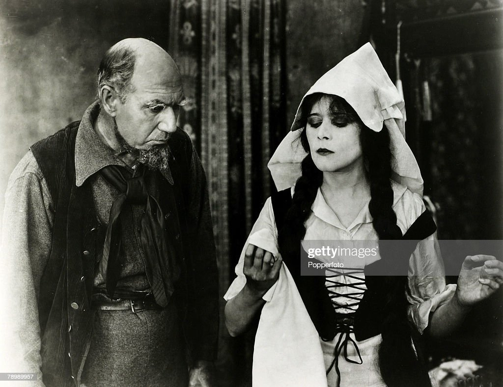 Cinema Personalities. pic: circa 1919. American actress Theda Bara, (1885-1955) appearing in the film 'The Siren's Song'. : News Photo