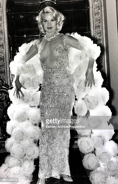 circa 1964 American actress Carroll Baker born 1931 at the premiere at the Plaza Theatre London for her film The Carpetbaggers wearing a ·17000...