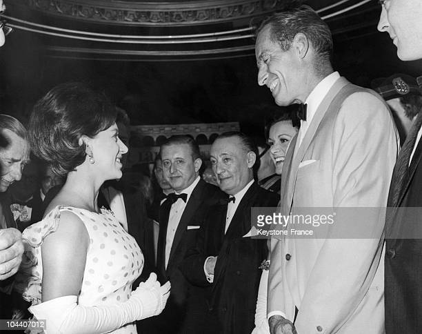Cinerama Casino in London Theatre Princess MARGARET meets the American actor Charlton HESTON on the opening of the film KHAROUM The actor was playing...
