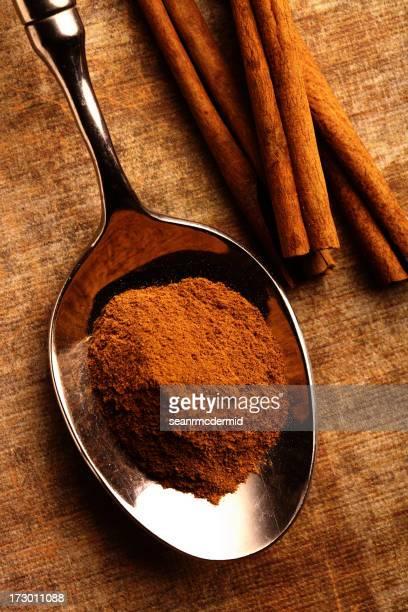 Cinnamon Löffel auf leichte Boden