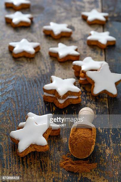 Cinnamon stars and cinnamon powder on wood