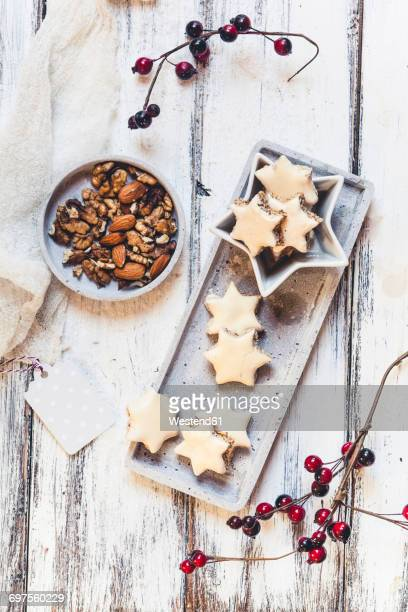 Cinnamon stars and cracked nuts