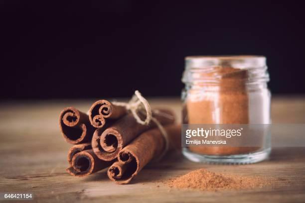 cinnamon sticks and cinnamon powder - canelo fotografías e imágenes de stock