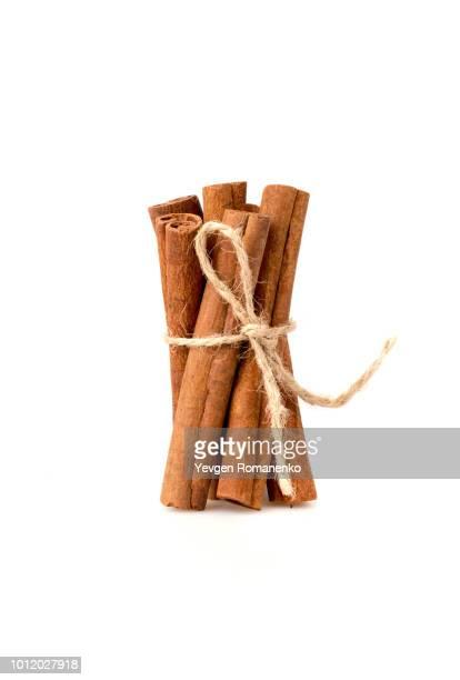 cinnamon sticks on white background - canelo fotografías e imágenes de stock