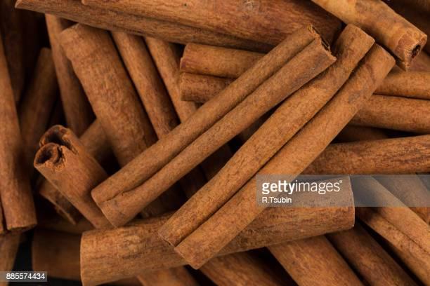 cinnamon sticks spice closeup - canelo fotografías e imágenes de stock