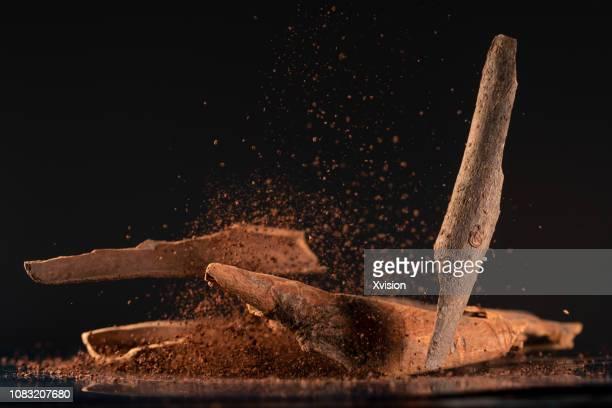cinnamon with high speed photography - canelo fotografías e imágenes de stock