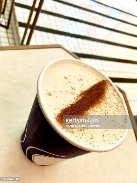 cinnamon-topped chai latte in paper cup - inclinando se - fotografias e filmes do acervo