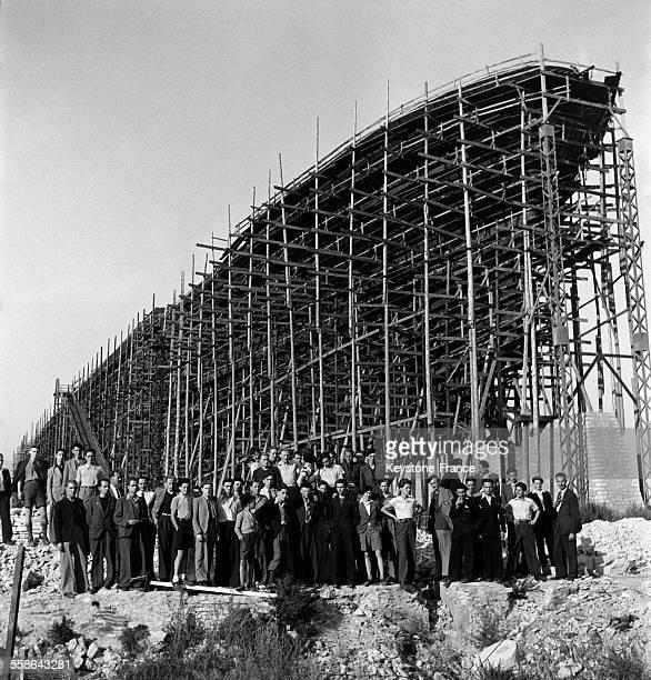 Cinquante jeunes français de Suisse visitent la France libre et posent devant le paquebot Maréchal Pétain en construction dans les chantiers navals...