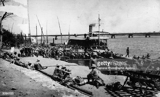 British troops embarking for Khartoum during Sudanese revolt against AngloEgyptian rule