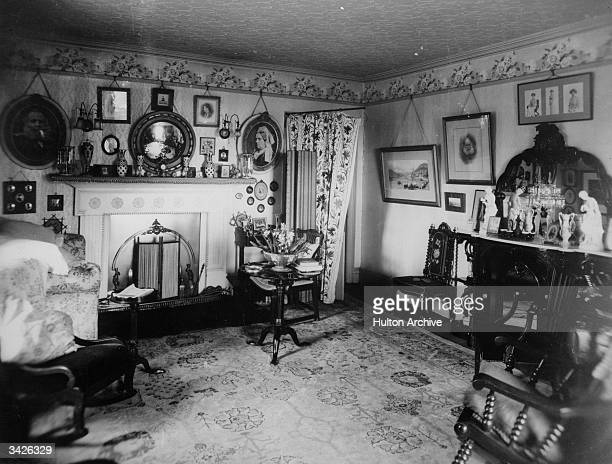 An Edwardian drawing room with a flower wallpaper border at ceiling level