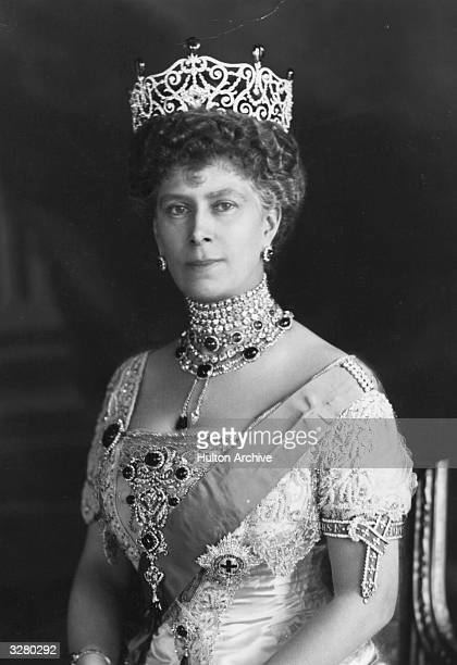 Mary of Teck queenconsort to George V wearing the Durbar Emeralds presented to her by India following the Delhi Durbar ceremony