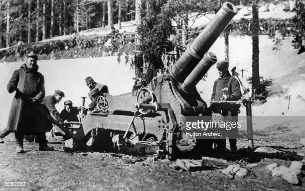 Gunlaying a French World War I heavy cannon