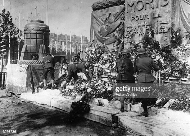 Soldiers decorating the Arc de Triomphe, in memory of their fallen comrades.