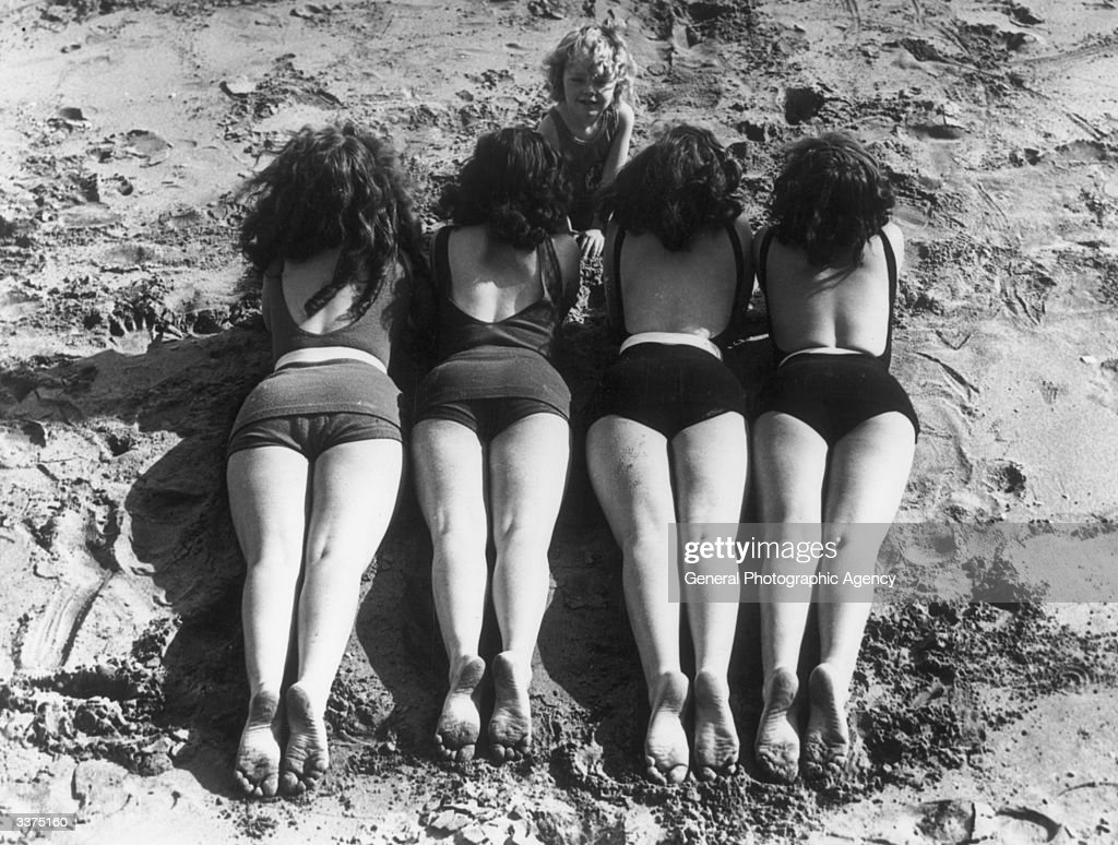 Beach Bums : News Photo