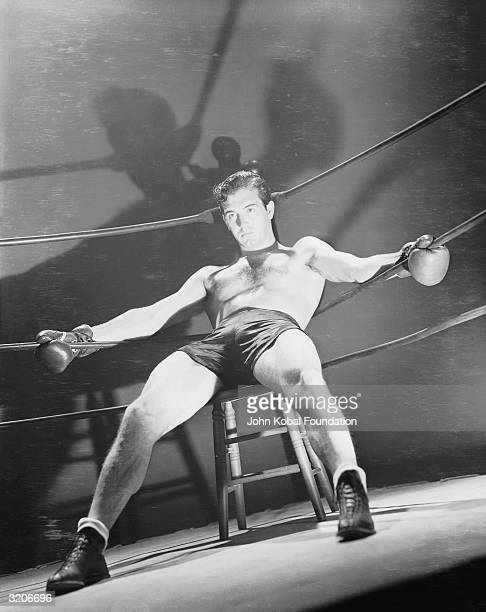 John Payne playing Steve Nelson in a scene from 'Kid Nightingale' about a boxer who sings after knocking out his opponents