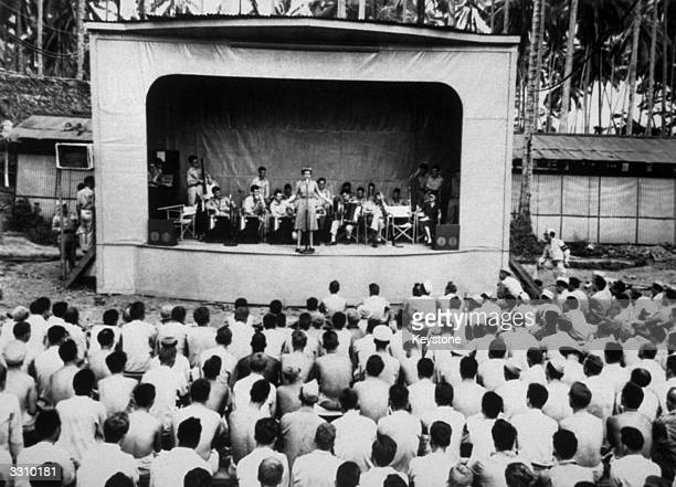 Gary Cooper, Una Merkel and Phyllis Brooks entertain American soldiers in New Guinea.