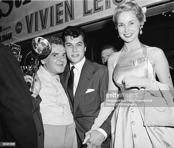 Polishborn American photographer Arthur 'Weegee' Fellig poses with American film star couple Tony Curtis and Janet Leigh after a showing of 'A...