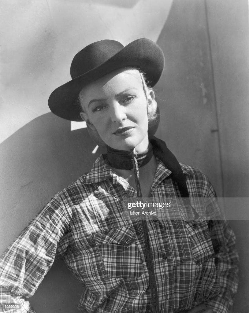 Portrait of a woman wearing a cowboy hat a2c4735499ca