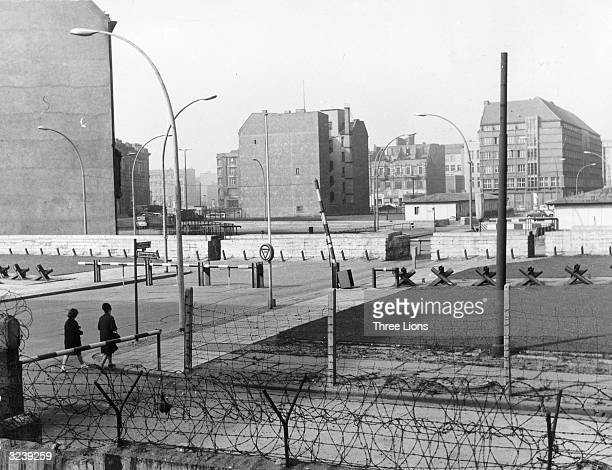 The US Army's checkpoint Charlie on the Berlin Wall The wall passes between apartment blocks intentionally kept empty