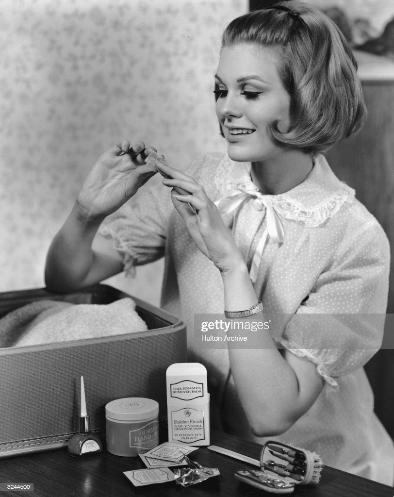 A Quick Manicure : News Photo