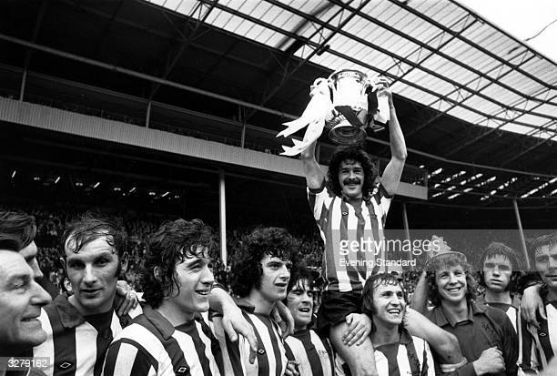 The Sunderland football team hold the FA Cup aloft after their 10 victory over Leeds United in the Cup Final at Wembley