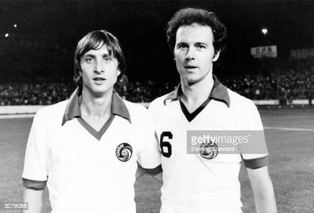 Footballers Franz Beckenbauer and Johan Cruyff wearing Cosmos strips