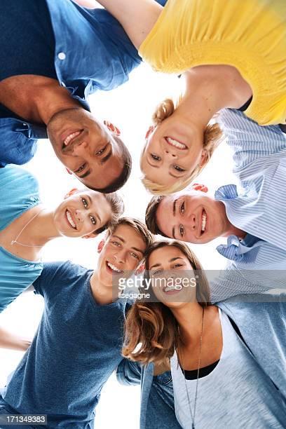 gruppe von freunden - schulkind stock-fotos und bilder