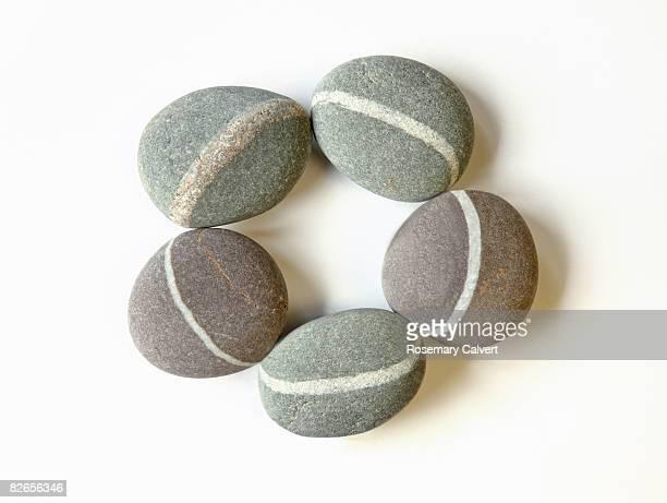 circle of granite pebbles with quartz veins. - cinco objetos - fotografias e filmes do acervo