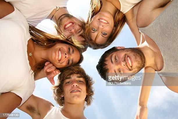 Gruppe von Teenagern, die Gruppierung sich unter der Sonne