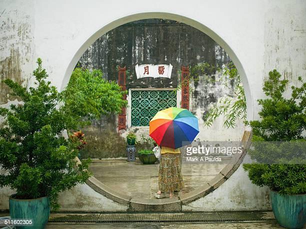 circles and umbrella - macao fotografías e imágenes de stock