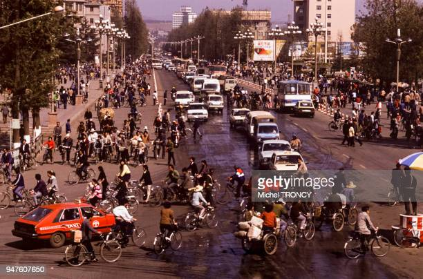 Circulation dans une rue de Kunming Chine
