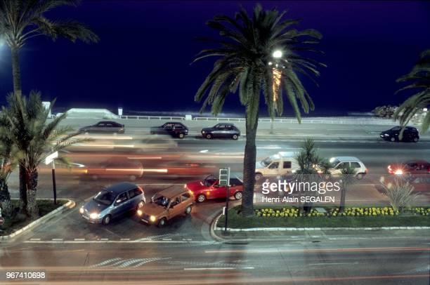 Circulation de nuit sur la Promenade des Anglais a Nice