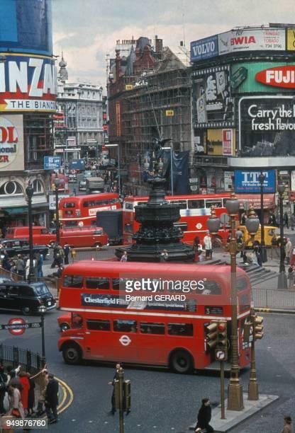 Circulation des doubledeckers bus à deux étages à Piccadilly Circus circa 1980 à Londres RoyaumeUni