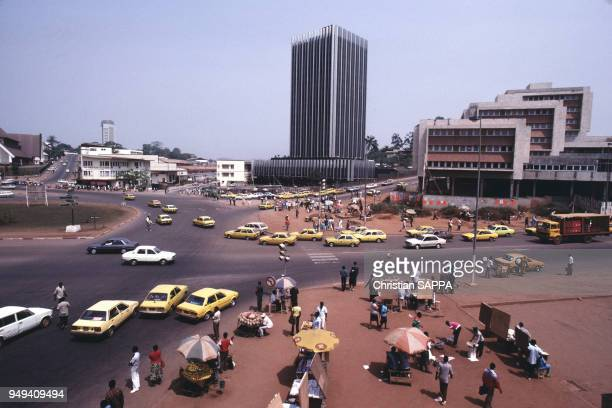 Circulation sur un carrefour de Yaoundé, Cameroun.