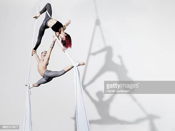 circus artists in silks - gymnastics stock pictures, royalty-free photos & images