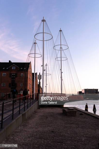 cirkelbroen (the circle bridge) in copenhagen harbour in the last rays of the sun - dorte fjalland stock pictures, royalty-free photos & images