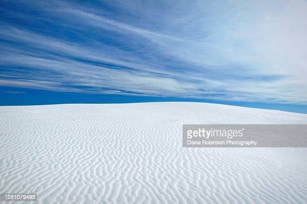 cirrus clouds over the white gypsum sand dunes at white sands national monument in the northern chihuahuan desert, new mexico - chihuahua desert stock pictures, royalty-free photos & images