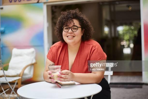mujer en un café - showus stock photos and pictures