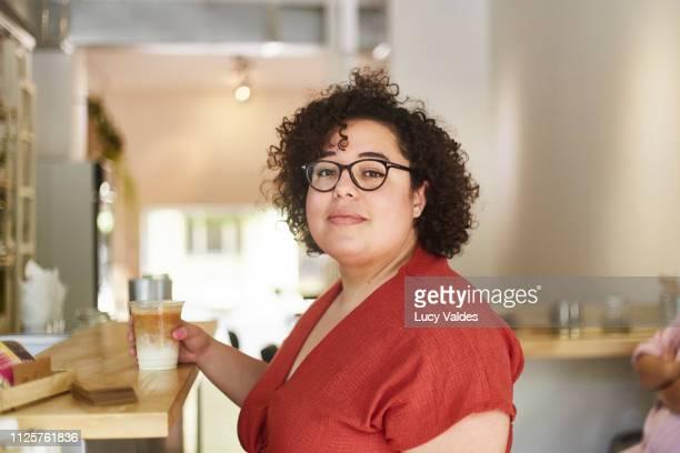 mujer comprando en cafetería - showus stock pictures, royalty-free photos & images