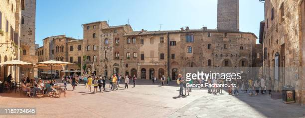 cistern square panorama in san gimignano, italy - village photos et images de collection