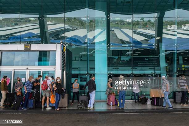Citizen wait to check in on a humanitarian flight towards Fort Lauderdale at Tocumen International Airport in Panama City, on May 8, 2020. - The US...