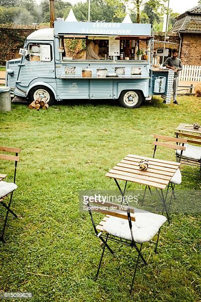 """citroen hy classic panel van food truck in a field - """"sjoerd van der wal"""" fotografías e imágenes de stock"""