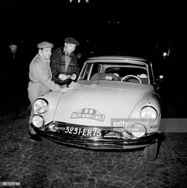 Citroën DS 19 au départ du Rallye MonteCarlo à Paris France le 16 janvier 1956