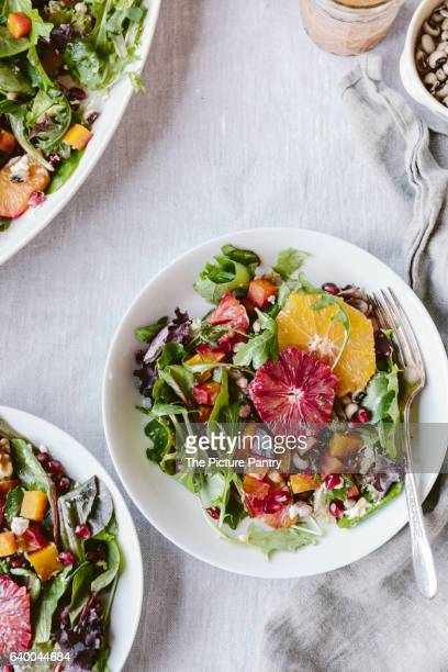 citrusy roasted beet goat cheese salad with black eyed peas - black eyed peas photos et images de collection