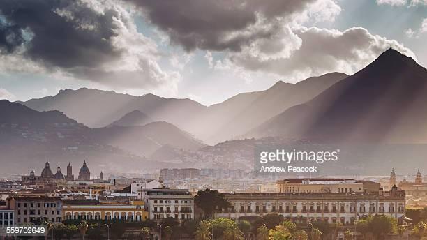 city and mountain skyline from the ocean - sicilia fotografías e imágenes de stock